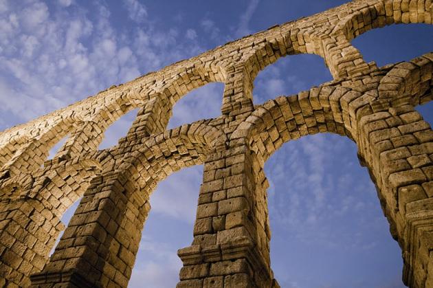 L'immagine raffigura l'acquedotto romano nella provincia di Segovia