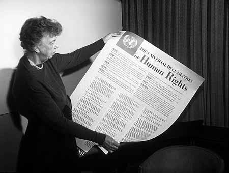 L'immagine raffigura Eleanor Roosvlet con la Dichiarazione dei Diritti Umani - New York 10 dicembre 1948