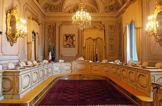 L'immagine rappresenta l'aula della Corte Costituzionale a Roma
