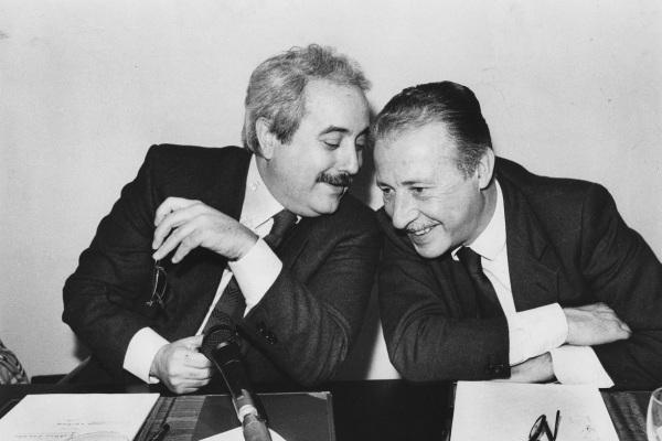 L'immagine raffigura una fotografia dei Giudici Falcone e Borsellino